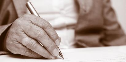 Ältere Frau signiert Dokument